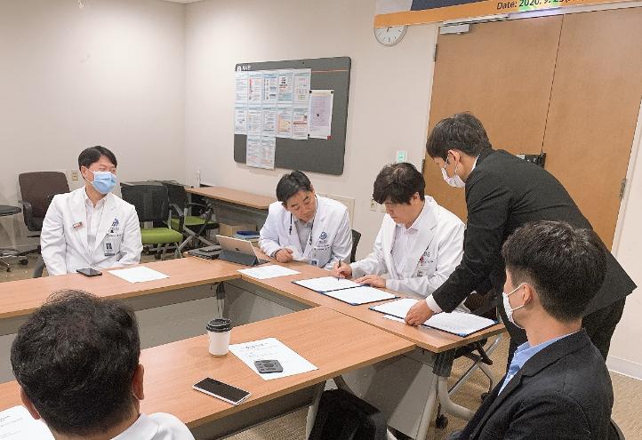 協定書に署名するKi Chang Keum延世がん病院長